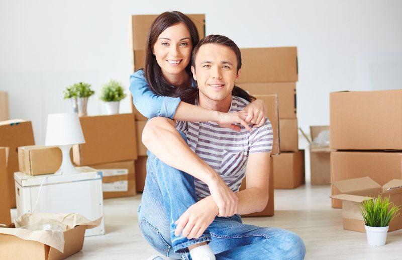 pareja vendiendo un apartamento